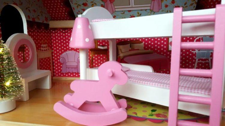 157315873838391772599-576x1024 Pomysł na prezent: Wielki Domek dla lalek Rezydencja +4 laleczki oraz świąteczny zestaw oświetleniowy LED
