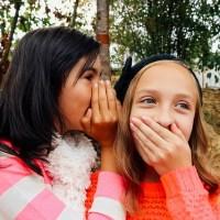 秘密が筒抜け! 口が軽い人の特徴とその接し方
