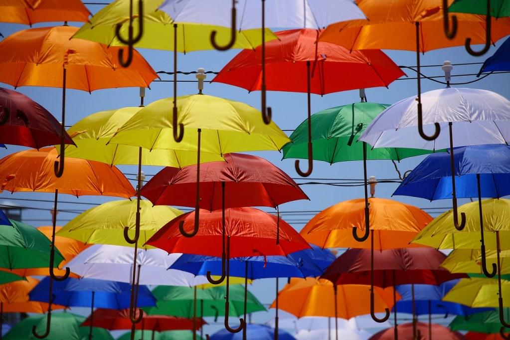 installation artistique de parapluies multicolores suspendus