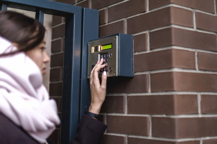 kvinne som ringer på dørklokke