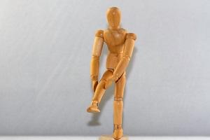膝を伸ばしすぎる姿勢で起こること