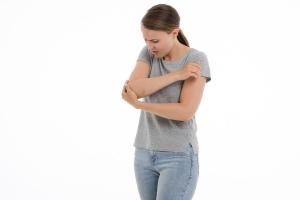 肘が痛い/違和感を感じてしまう主な原因