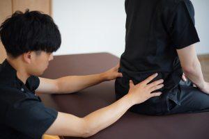 座位での上後腸骨棘位置の触診