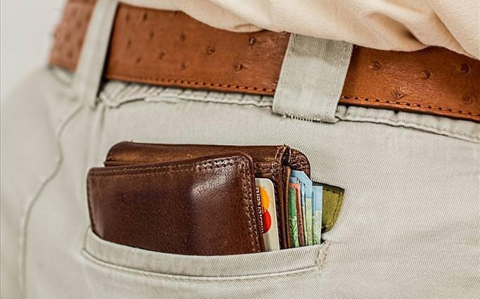 carteira no bolso de uma calça