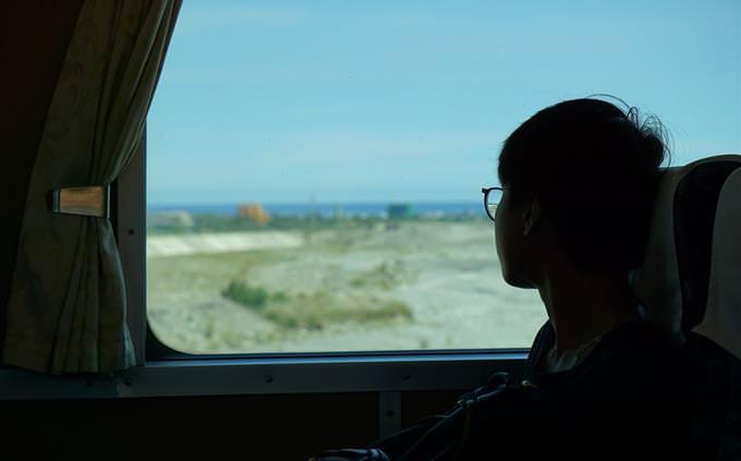 menino olhando pela janela do trem
