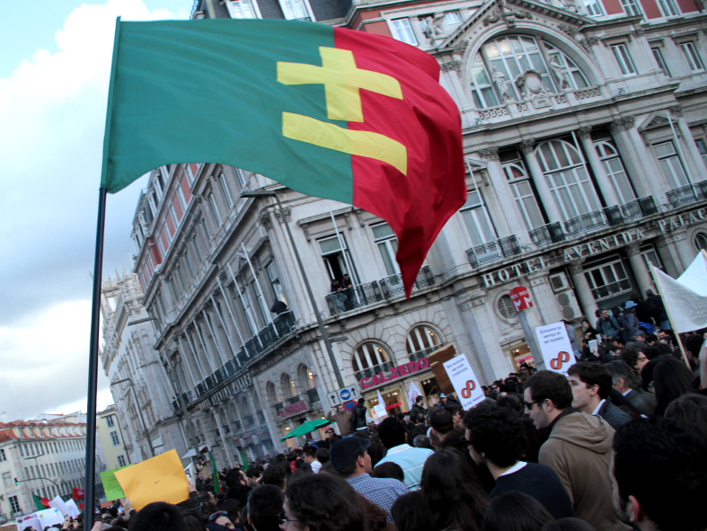 """Proposal to update the Portuguese flag, together with the increase of the length of the national anthem to two times, reducing the speed to half, institutionalizing in video with a loop editing, first backwards and then forwards. This intention in keeping with the reality of our country."" Photograph by Miguel Januário from the site maismenos.net, used with permission"