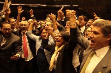 Deputados comemoram a aprovação da PEC 438. Foto de Rogério Tomaz Jr, usada com permissão