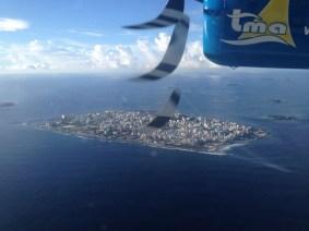 Vista de Male, Ilhas Maldivas, de um Seaplane. Por Packing my Suitcase