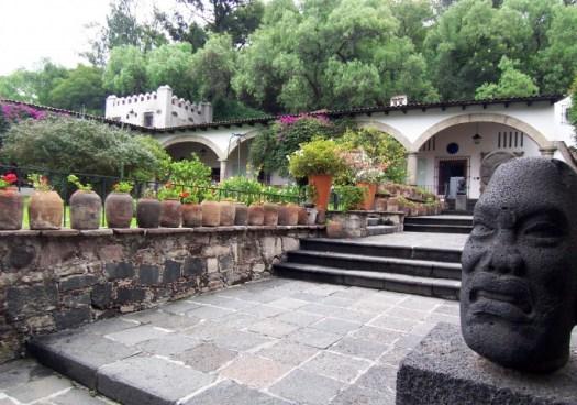 Dolores Olmedo, Museo exterior