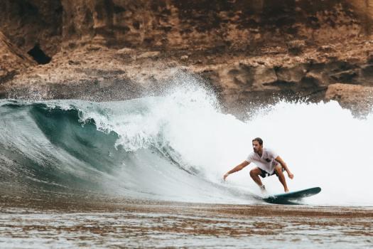 Hombre haciendo surfing en Mexico