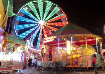 Feria de noche con juegos mecánicos