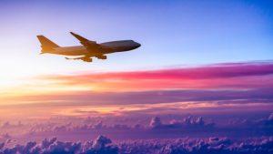 avion cruzando horizonte de morado