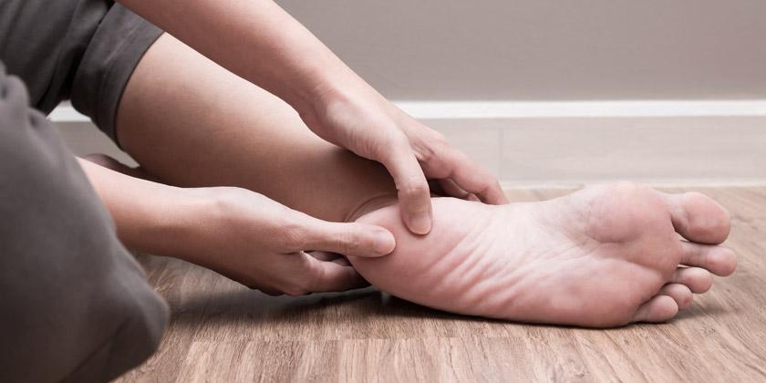 Persona con dolor en el pie por la gota.
