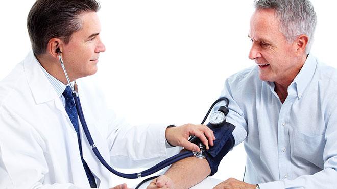 Medico tomando la presión