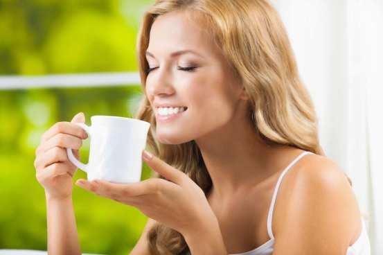 Mujer tomando té para dolor de estómago