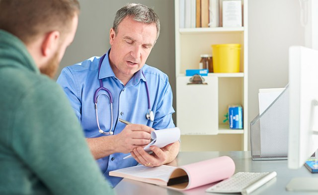 Doctor recetando medicamentos aurax para la gripe