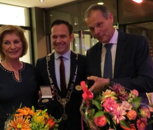 De Burgemeester Reikt De Chapeaupenning Uit Aan Het Echtpaar Van Der Valk