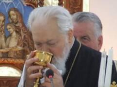 25 mai 2008 - IPS Nicolae Corneanu s-a impartasit in cadrul unei Liturghii greco-catolice