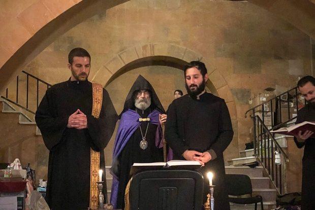 Ο αρχιεπίσκοπος Πάργκεφ προΐσταται προσευχής σε καταφύγιο κάτω από τον καθεδρικό ναό με τον διάκονο Έσδρα στα αριστερά του.