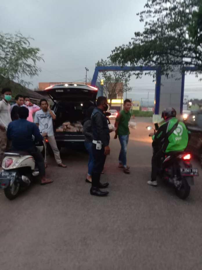 Anggota Dishub Jabar Ahmad Yani saat membantu warga Amanah Asri berbagi takjil di terminal Leuwiliang pada, Jumat (30/04/2021)