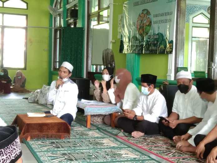 Kepala Desa Sadeng Yanuar Lesmana menyampaikan sambutan didampingi para Ketua RT,RW serta tokoh masyarakat (9/5/2021)