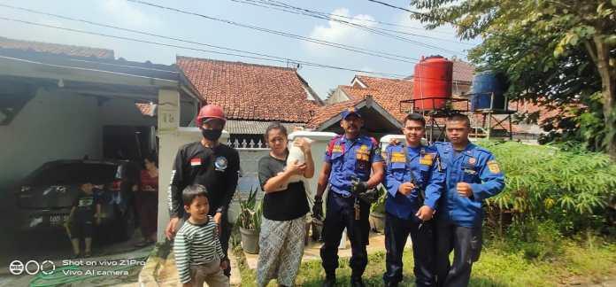 Tim Rescue Disdamkar Kabupaten Bogor foto bersama dengan pemilik kucing pada, Rabu (12/05/2021)