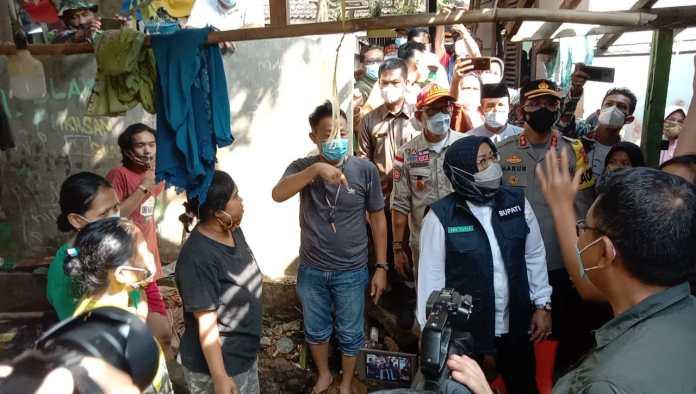 Bupati Bogor Ade Yasin saat melakukan peninjauan ke lokasi bencana banjir di Kampung Kadaung, Desa Rengas Jajar, Kecamatan Cigudeg pada, Rabu (19/05/2021)