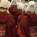 """Mujeres causan polémica en Feria del Libro árabe: se visten como en """"El cuento de la criada"""""""