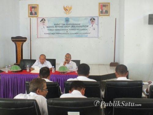Kadis Perpuatakaan dan Kearsipan Kabupaten Buteng Suardi Halua saat memimpin rapat penyusunan JRA di aula kantor bupati