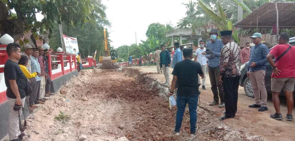 Bupati Buteng H Samahuddin saat memantau penyempurnaan badan jalan di Desa Morikana
