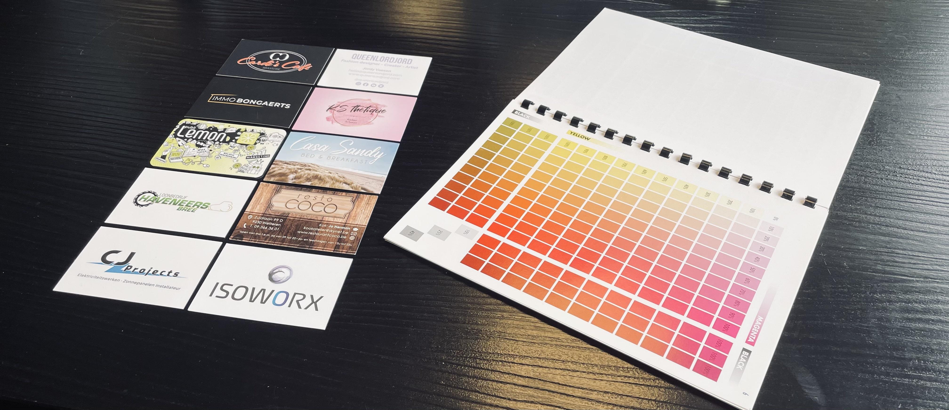 een kleurenwaaier om logo kleuren uit te leggen