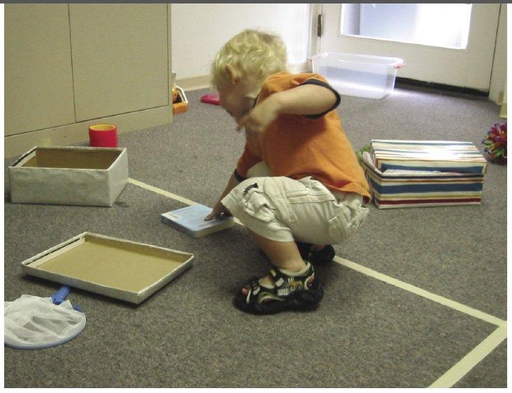 20-miesięczne dziecko uczestniczy w bieżącym zestawie badań eksploracyjnych K. Pierce i E. Courchesne'a.