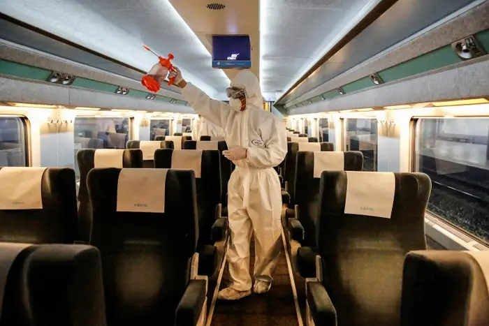 Dezyfekcja pociągu KTX na dworcu kolejowym w Seulu