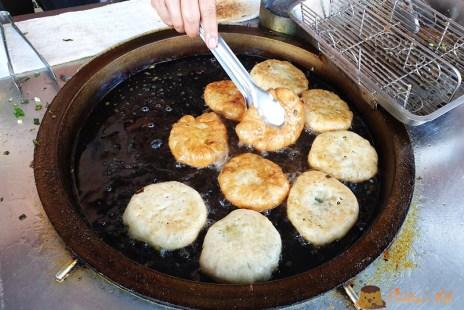 【宜蘭美食】天送埤車站必吃《何家三星蔥餡餅》包好包滿三星蔥多到不要不要
