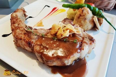 【新竹巨城餐廳】舒肥法低溫蒸烤戰斧豬排《私藏》精緻排餐/鑄鐵鍋飯