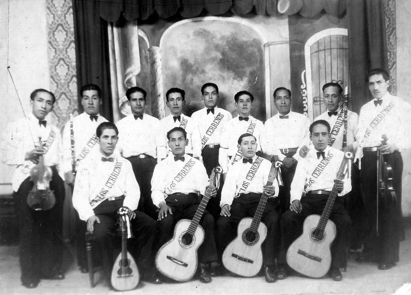"""Otro grupo triunfador. Esta vez el Conjunto Musical LOS CERREÑOS, triunfadores de la Segunda Feria Nacional (18 de enero de 1942) en Lima.(De pié de izquierda a derecha). Wilfredo Ramos, Emilio Quinto, Sixto Lavado, Máximo Morales, Micenio Cervantes, Severino Herrera, Ángel """"Chacha"""" Portillo, Absalón Paredes. (Sentados, de izquierda a derecha). Antonio Camarena, Lauro Robles, Teófilo Espejo, Jorge Moya."""