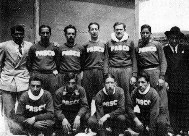 """Representativo de Pasco en los """"Primeros Juegos Centroperuanos"""" de 1950. Están, Augusto Caballero Fúnegra, """"Avestruz"""" Martel, Braniza, Félix """"Chorreao"""" Molina, """"Colorao"""" Dagoberto Arroyo, Félix """"Chino"""" Baldoceda y Máximo Lazo, entre otros."""