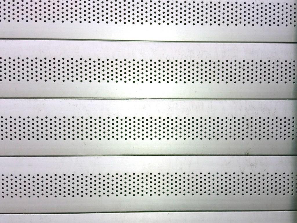 Detalle de Puertas microperforadas en Málaga.