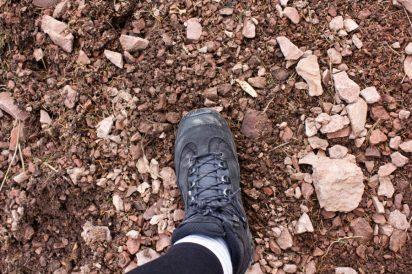 Przypomnienie i obrazowe pokazanie skali materiału z jakiego składają się góry Kamienne. Tak - to się sypie pod nogami, trzeba więc uważać, żeby z razem z garścią kamieni nie obsunęła się kilka metrów w dół nasza osoba.