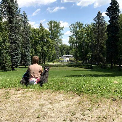 Tak sobie siedzimy i myślimy z Pufą o tych gofrach... Bu myśli o tych gołębiach tam przed nami na trawie co to by je mogła pogonić :)