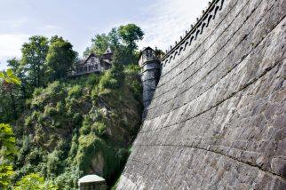Zapora ma 45 metrów wysokości, z czego 36 ponad ziemią.