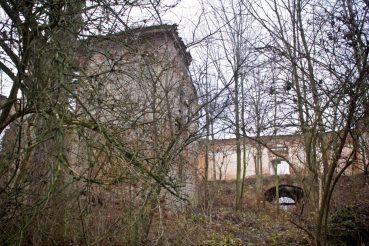 Pozostałości pałacu ukryte są wśród drzew. Byłyśmy tam późnym latem - nie było mowy o jakichkolwiek zdjęciach przez zagęszczenie liści. Teraz to zupełnie co innego :)