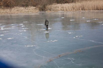 zawsze odczuwam niepokój patrząc na wędkarzy na lodzie .. ja się cykam wleźćna lód przy brzegu a to to dopiero ! P.S. Wiecie że ten lód wydawał dźwięki !