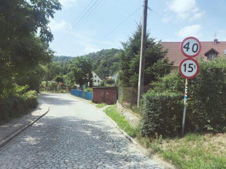 Oznaczenia szlaków są wszędzie, dlatego miejmy oczy otwarte ;) Tu na przykłąd na znaku drogowym.