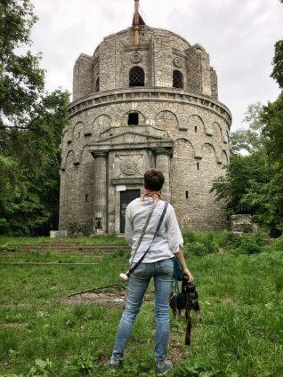 wieża, ukryta na wzniesieniu, pośród drzew robi wrażenie.