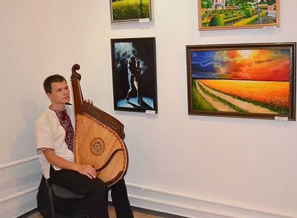 бандурист на выставке картин