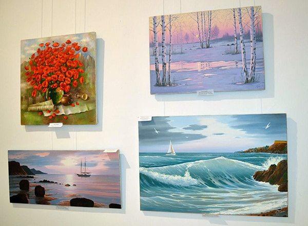 картины на выставке в доме художника
