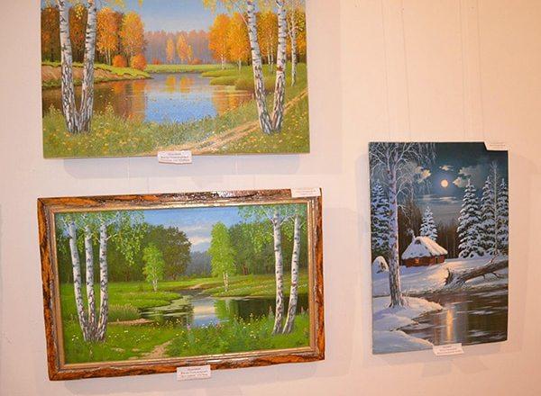 картины художников на выставке