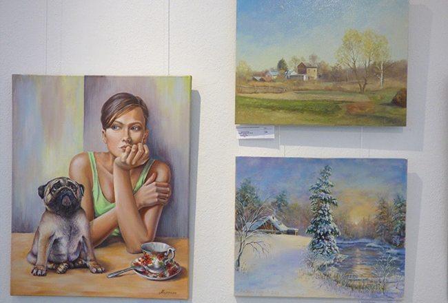 картина художника на выставке