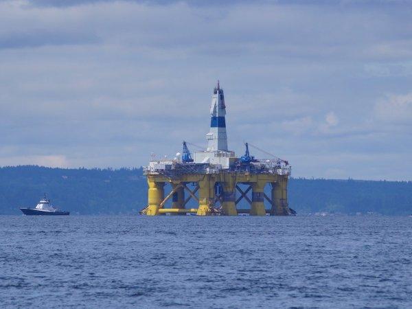 Shell Oil's drilling rig, the Polar Pioneer, enters Elliott Bay.